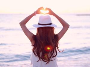 夕陽に手をかざす女の子