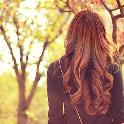 紅葉の中を歩く女の子