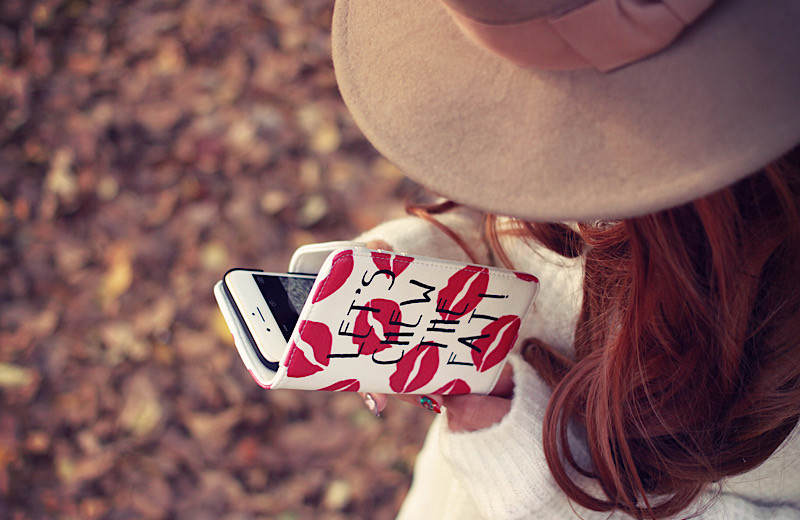iPhone をいじる女の子